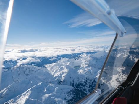 Alpenflug Sicht aus dem Notsichtfenster Segelflugzeug