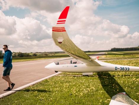 Linke Tragfläche Flügel an der Startbahn Piste DuoDiscus XL